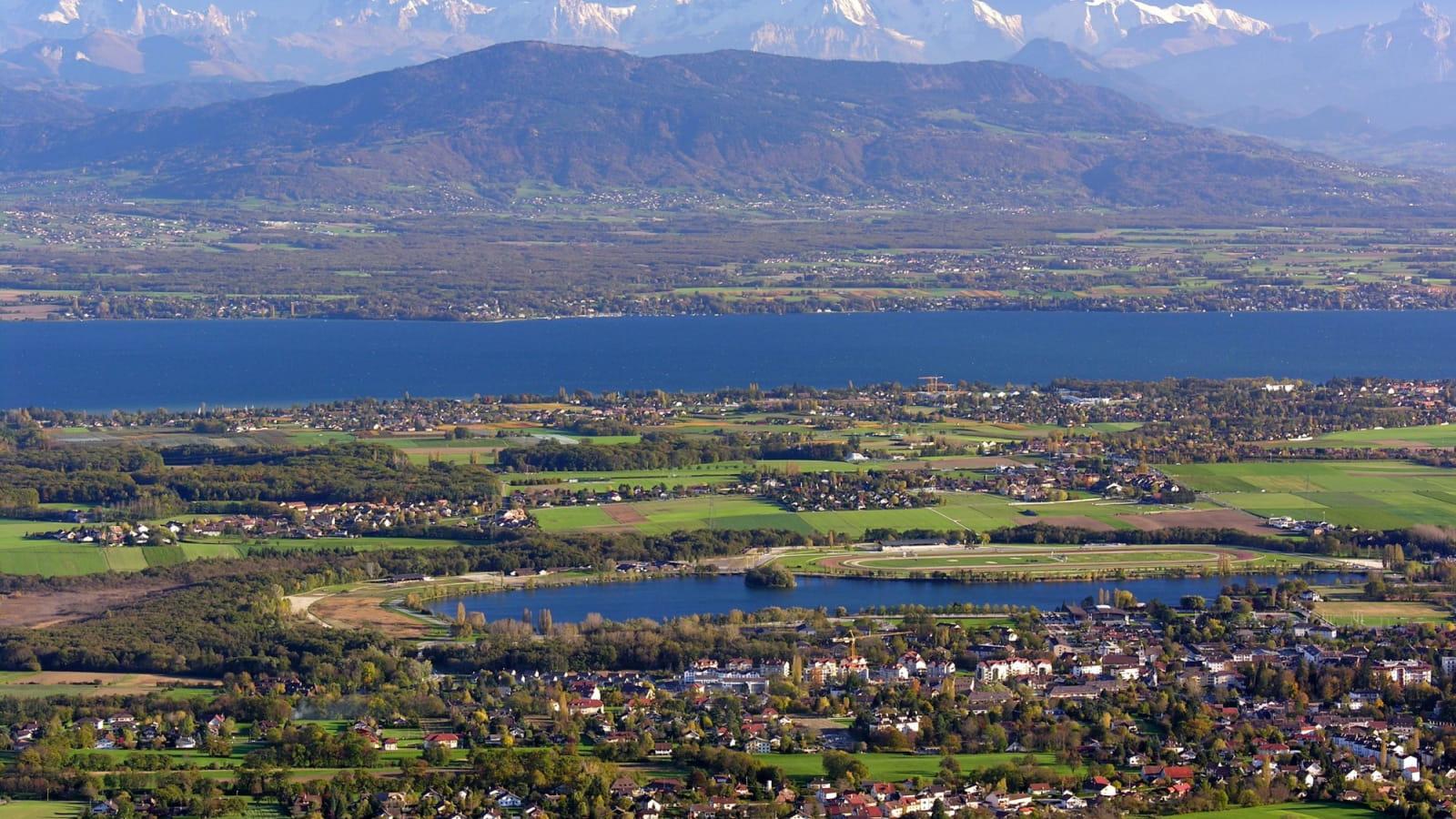 Panorama sur Divonne-les-Bains et les Alpes au loin