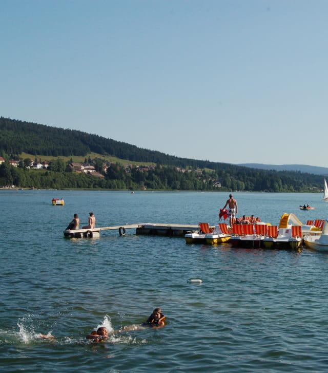 Baignade au lac Saint-Point dans les montagnes du Jura