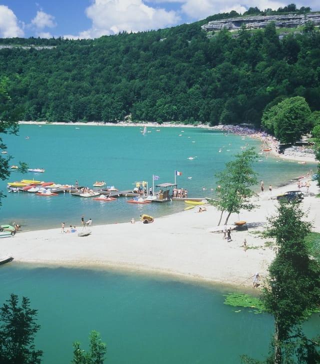 Baignade en famille à la plage de Doucier - lac de Chalain