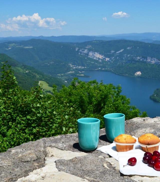 Pique-nique avec vue sur un lac du Jura