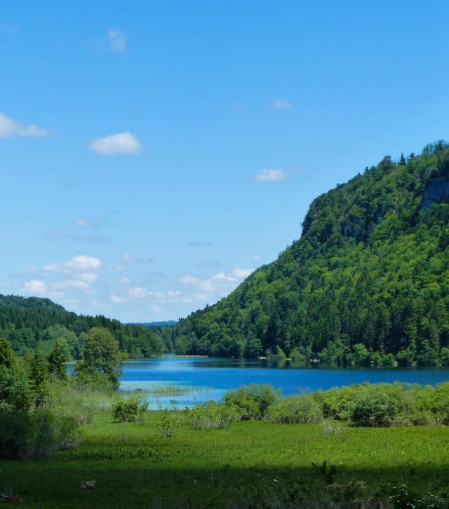 Vue sur le lac d'Ilay depuis le sentier de rando