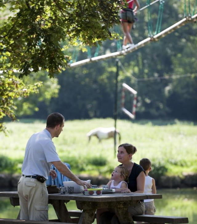 Déjeuner en famille au bord de la Loue près d'Ornans