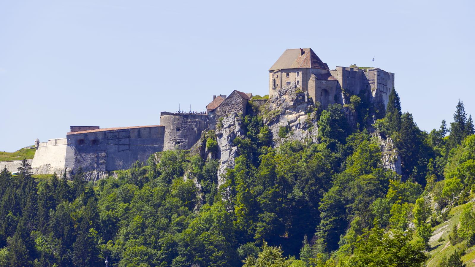 Le château de Joux surplombant la vallée