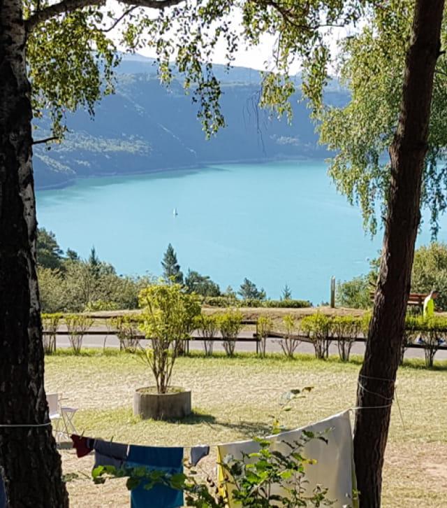 Vue sur le lac de Vouglans depuis le camping Trelachaume