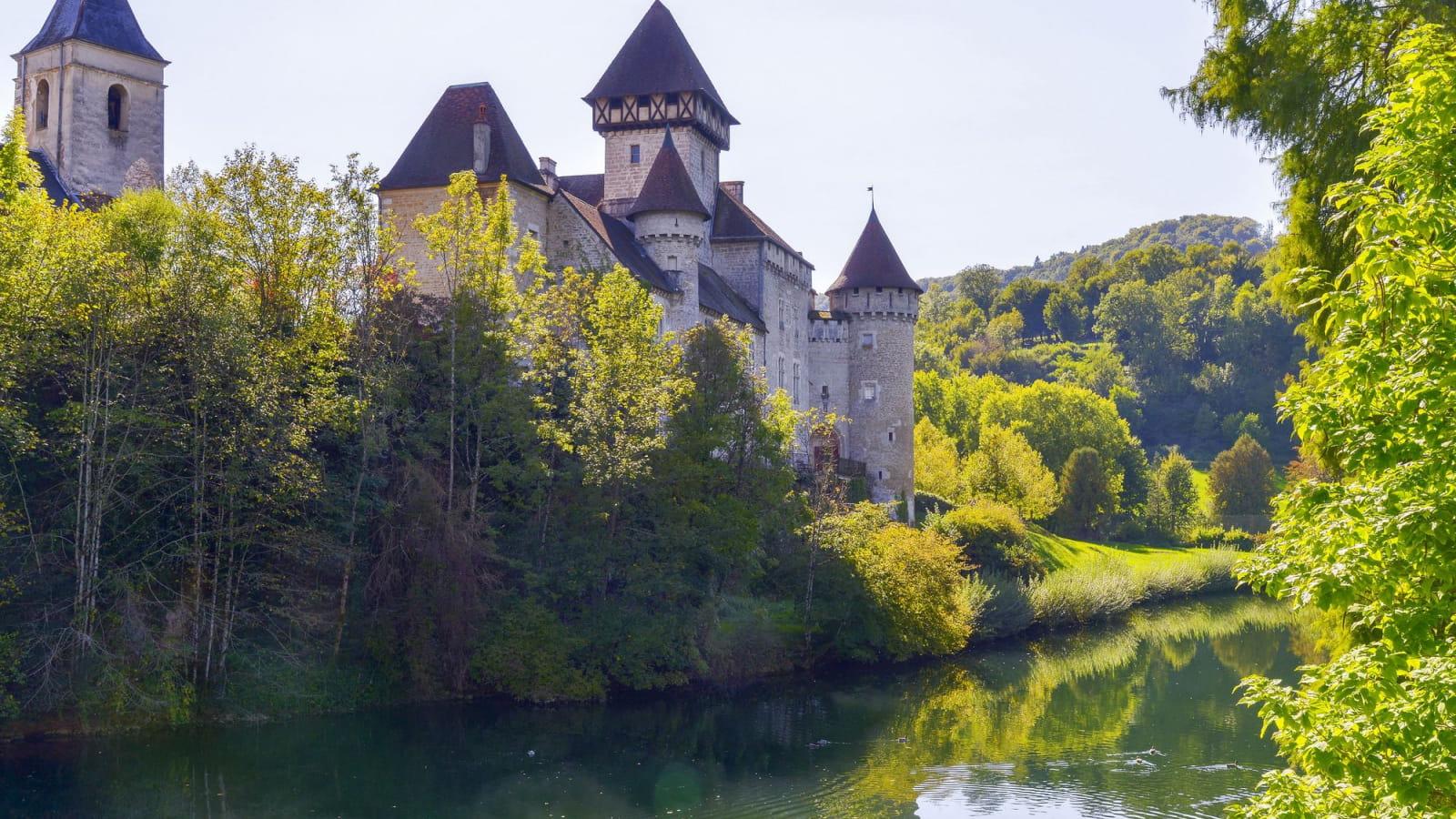 Le château médieval de Cléron au pied du Lison - été