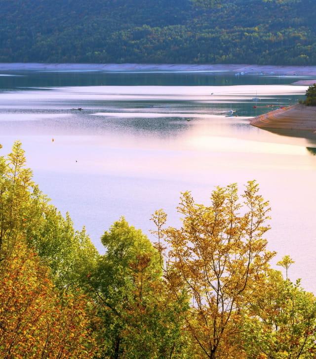 le lac de Vouglans à l'automne vu depuis un belvédère