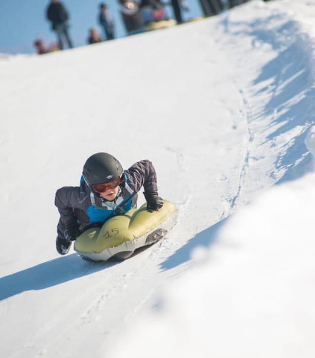 Enfant en descente snow tubbing