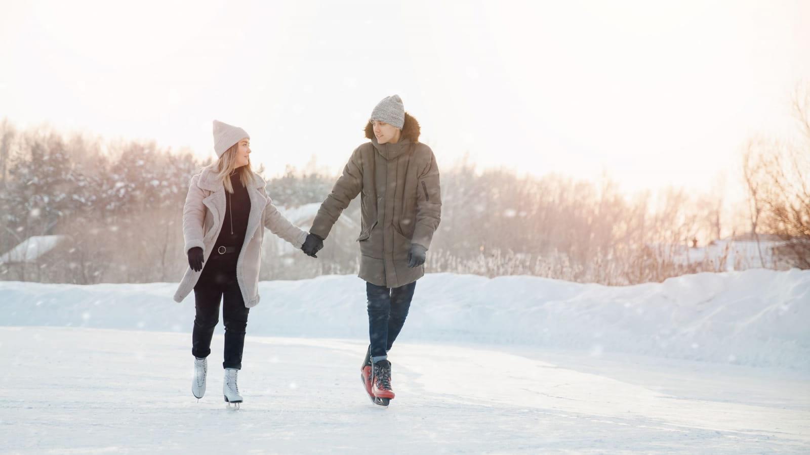 Par grand froid, l'eau se fige et offre une patinoire à ciel ouvert