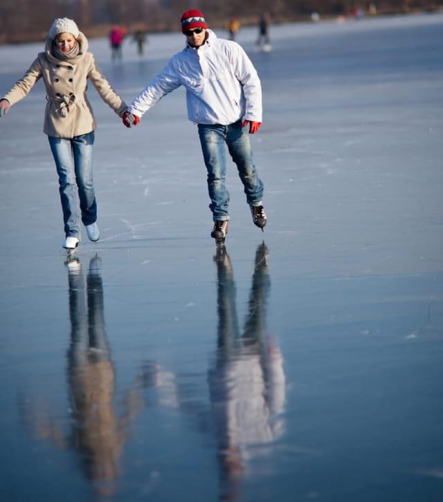 Couple de patineurs sur le lac des Rousses gelé