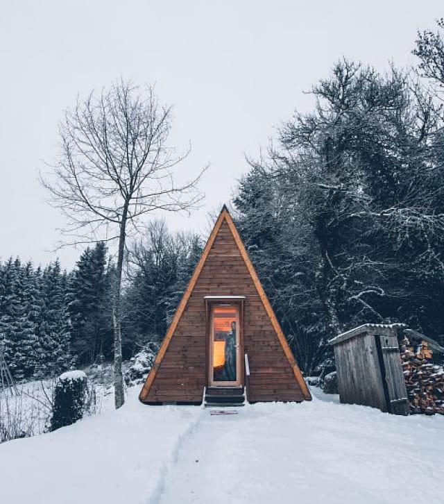 Tipi en bois de l'espace Rivoire en hiver