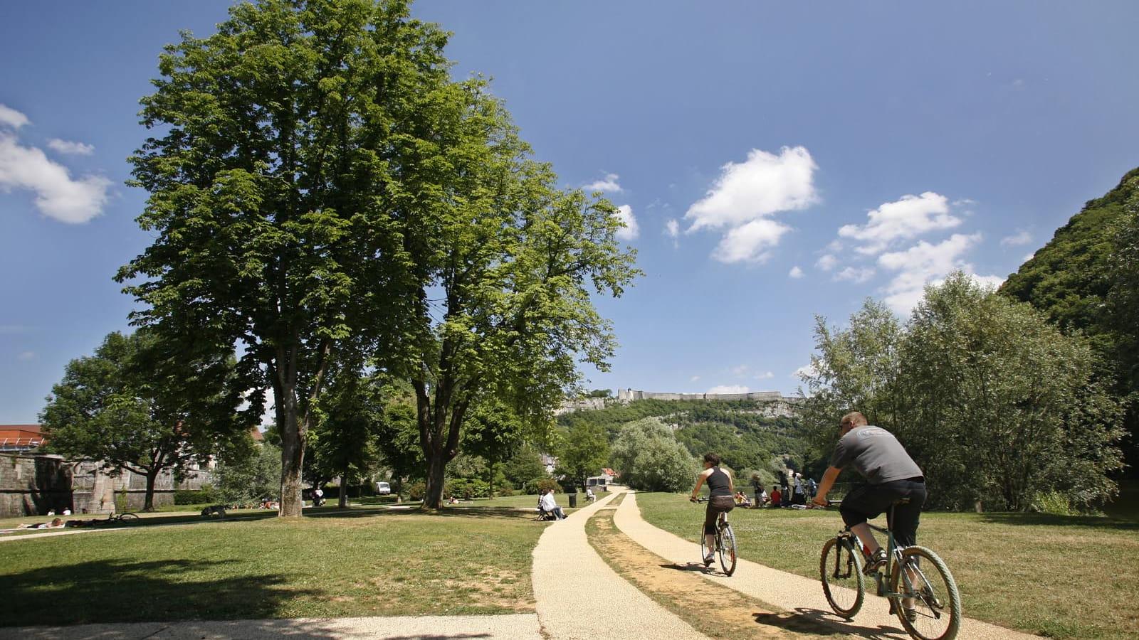 Vélo au pied de la citadelle de Besançon