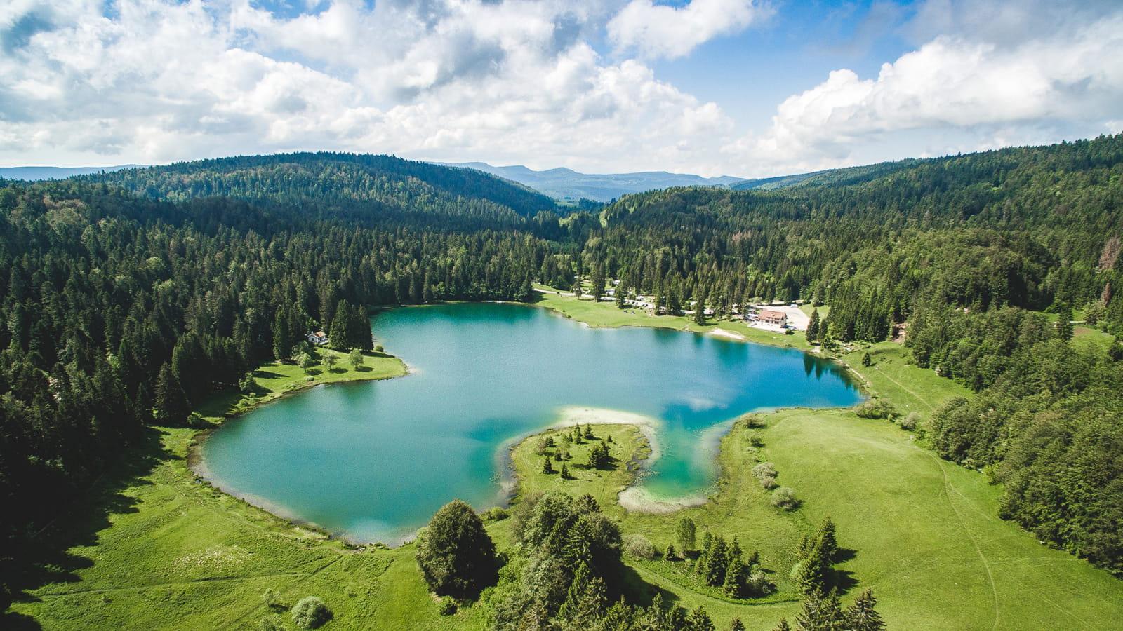 Vue lointaine du lac de Genin