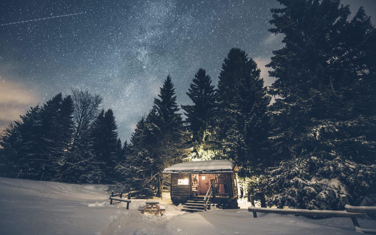 La cabane trappeur logée à la lisière de la forêt aux Loges du Coinchet à La Pesse