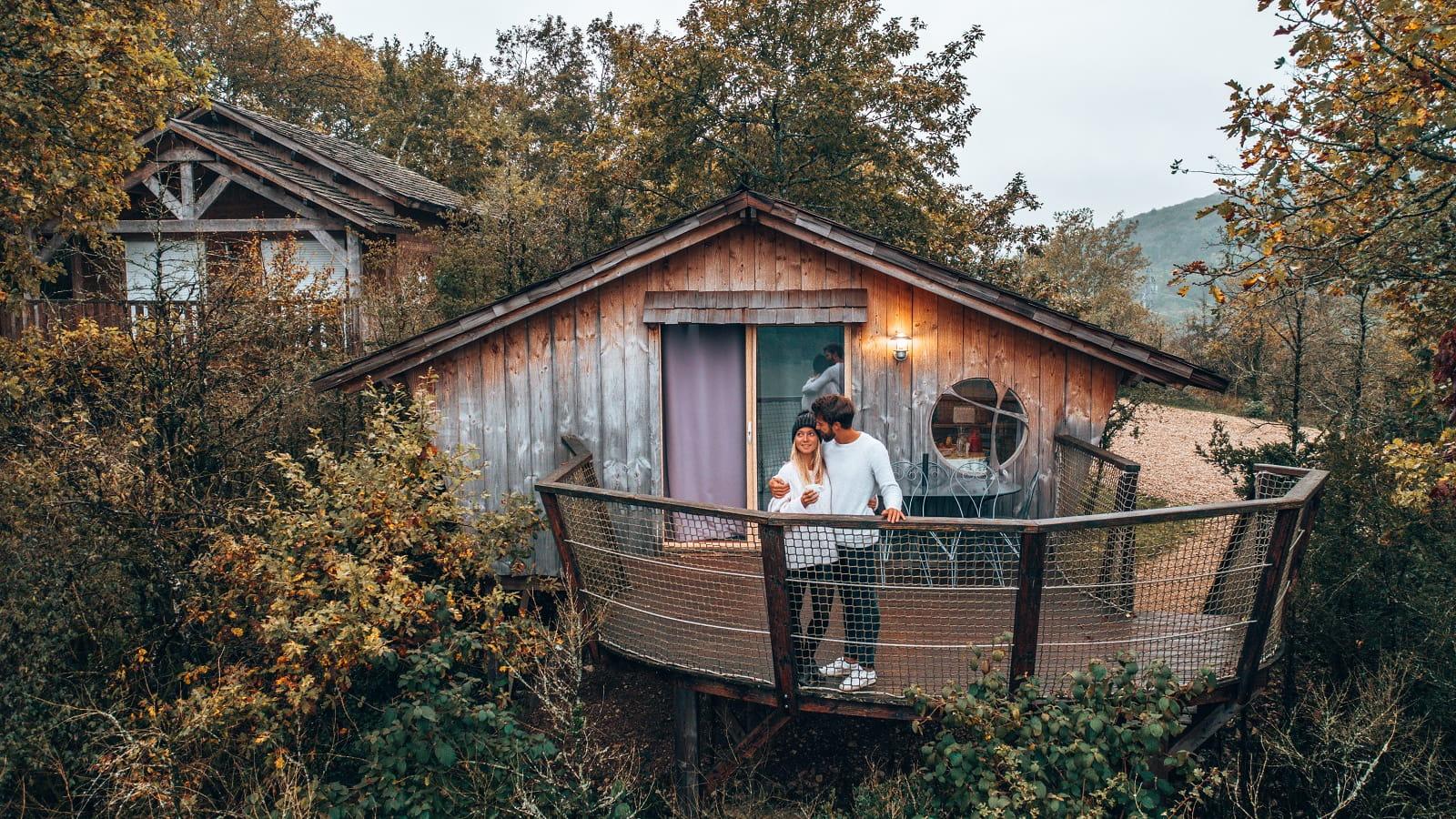 Couple profitant de la vue depuis une cabane perchée