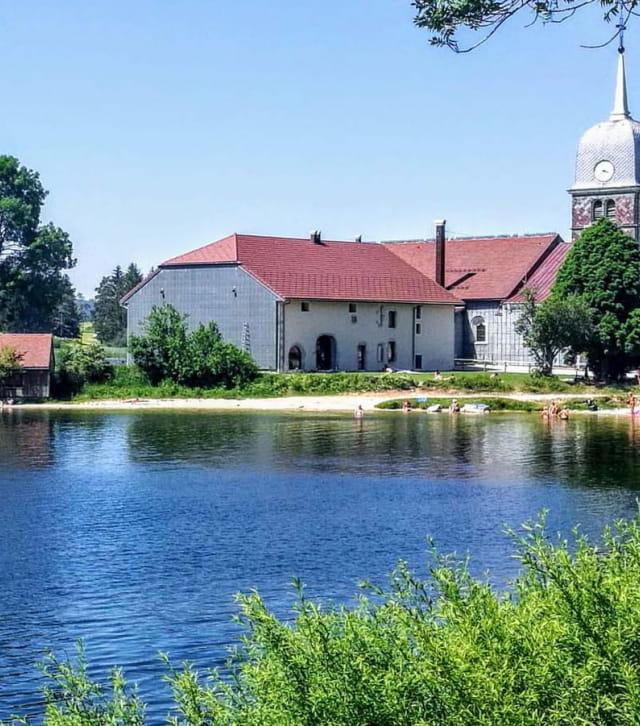 Lac de l'Abbaye dans le Jura
