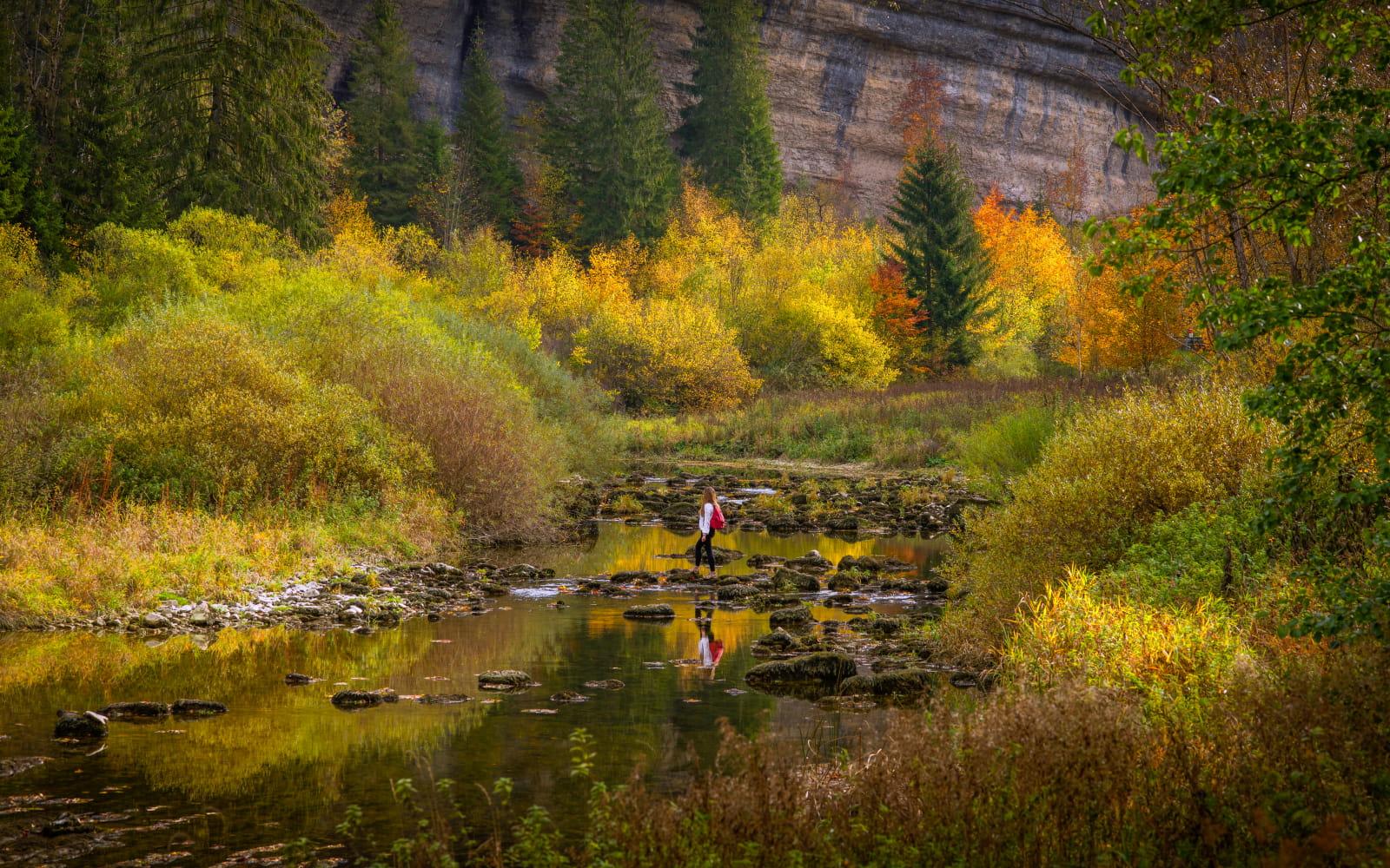 Défilé d'entre roches en automne