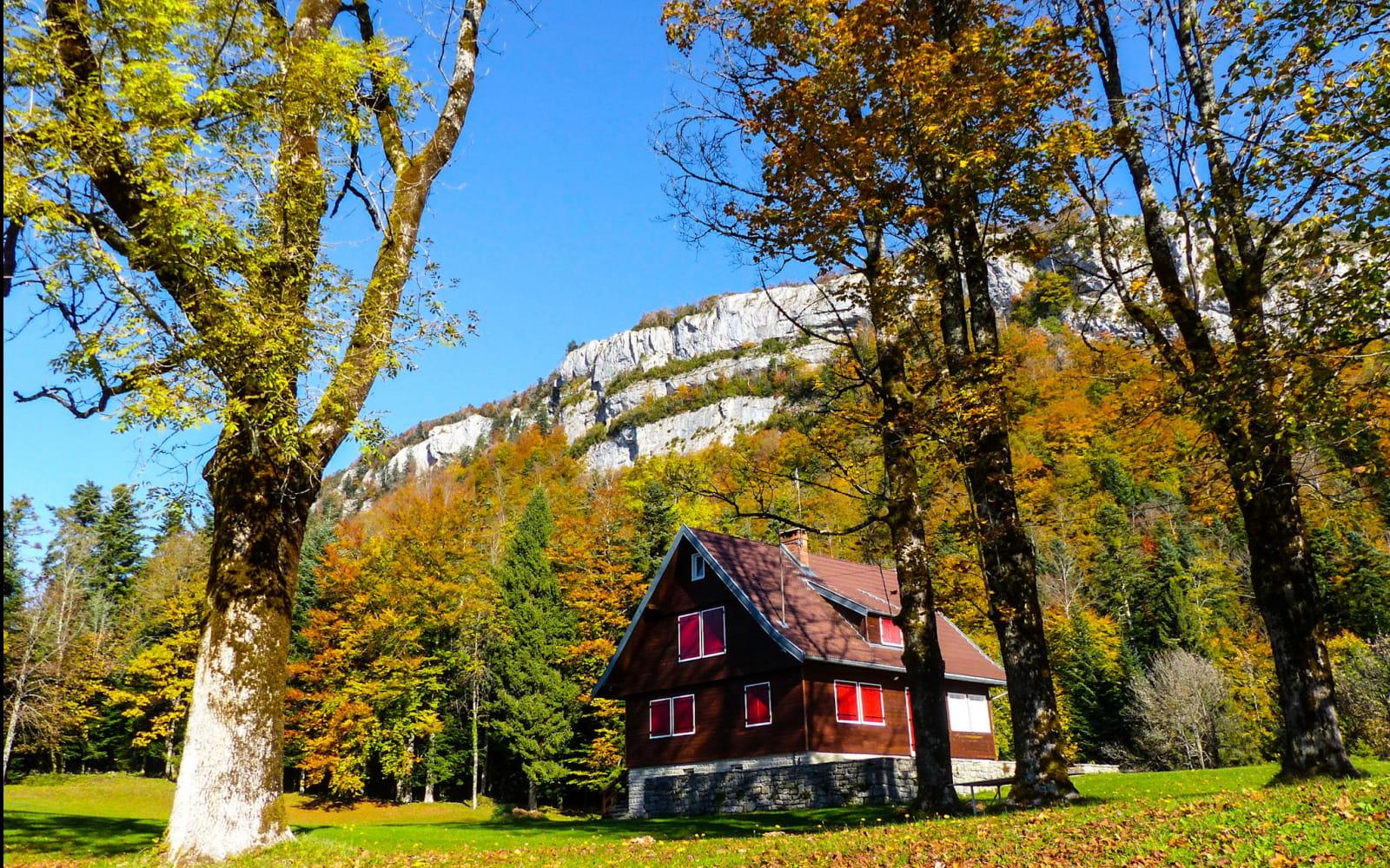 Maison au bord du Lac de Bonlieu à l'automne