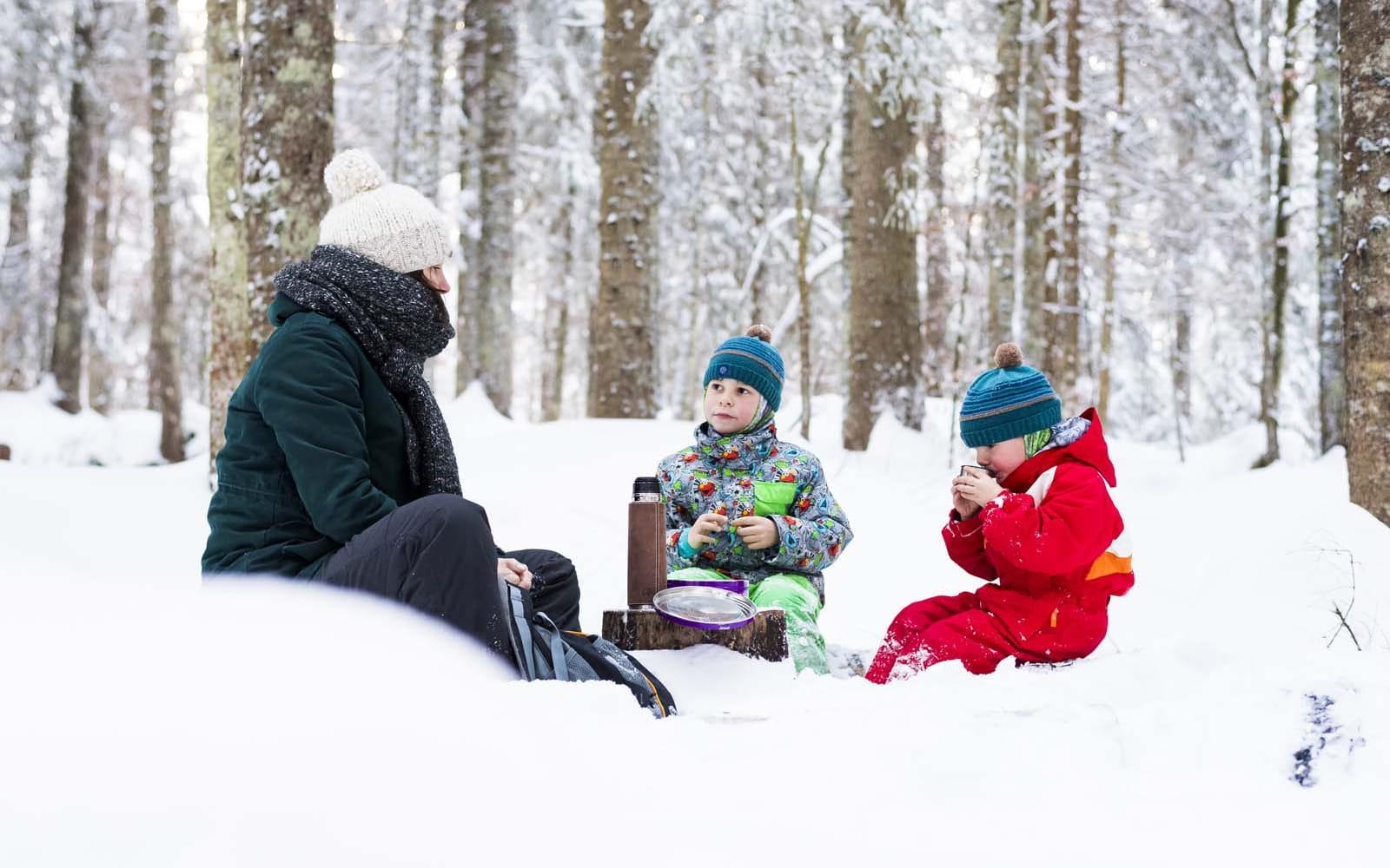 Pause gouter à la neige en famille